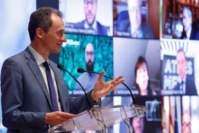 El ministro de Ciencia e Innovación, Pedro Duque, enun encuentro con los firmantes del Pacto por la Ciencia y la Innovación. EFE/J.J. Guillén